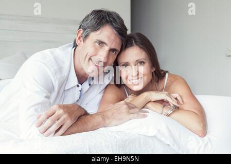 Couple lying on bed, portrait Banque D'Images