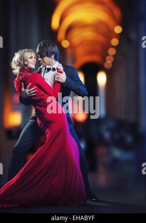 Photo présentant un jeune couple dancing Banque D'Images