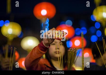 Les fidèles des le temple de Wong Tai Sin en prévision de la 11h00 Bell pour marquer le Nouvel An chinois à Hong Banque D'Images