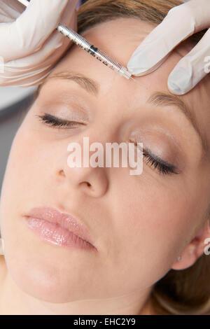Woman Having Botox injection au niveau du front