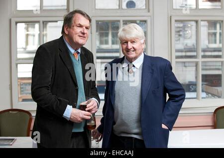 Jeremy Lewis parle avec Stanley Johnson à l'Oldie Déjeuner littéraire Banque D'Images