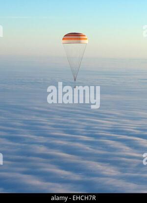 Le Kazakhstan. 12 mars, 2015. L'atterrissage d'une capsule de descente de l'engin spatial Soyouz TMA-14M équipage Banque D'Images
