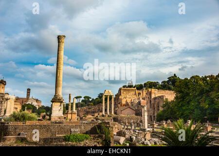Colonnes, Temple de Saturne, Forum Romain, Rione X Campitelli, Rome, Latium, Italie Banque D'Images