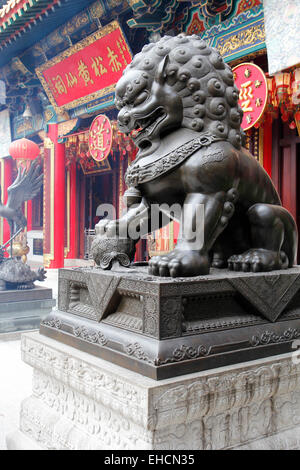 Guardian lion, Sik Sik Yuen Wong Tai Sin Temple, Kowloon, Hong Kong, Chine Banque D'Images