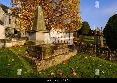 Les bâtiments en pierre de Cotswold et St Mary's Churchyard en automne, Painswick, Gloucestershire, Royaume-Uni Banque D'Images