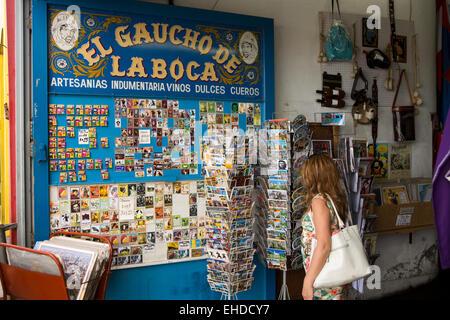 L'ARGENTINE, Buenos Aires, La Boca, Magallenes, femme dans une boutique de souvenirs cartes postales navigation Banque D'Images