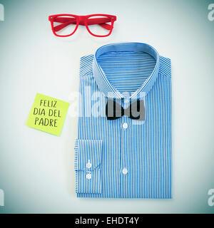 Capture d'un grand angle d'une table avec une paire de lunettes, un nœud papillon et une chemise, et un post-it Banque D'Images