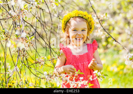 Happy little girl au printemps sunny park