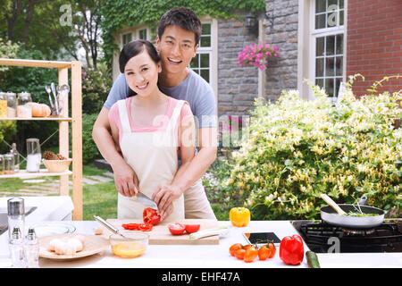 Fermer le jeune couple est la cuisson dans la cuisine