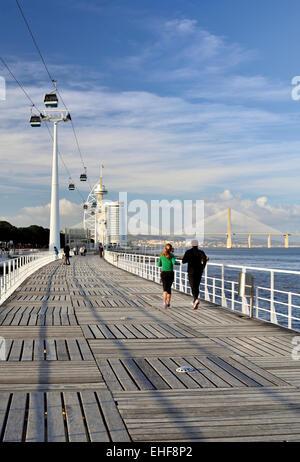 Portugal, Lisbonne: balades au bord de la route avec vue sur le pont Vasco da Gama dans le parc Nation Banque D'Images