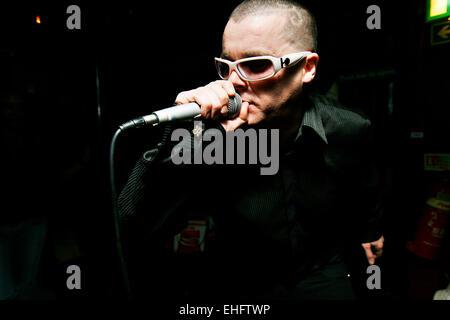 L'artiste dancehall YT effectuant à sonner l'alarme à 6ft Anda Shoreditch Londres. Banque D'Images