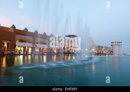 Fontaine dans le centre commercial Al Kout au crépuscule. Al Kout Mall est un centre commercial moderne à Kuwait, Banque D'Images
