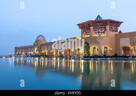 Al Kout Mall au crépuscule. Al Kout Mall est un centre commercial moderne à Kuwait, Koweït Banque D'Images