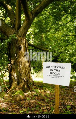 Funny sign dans les bois à un festival.