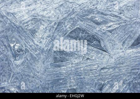 Gros plan macro de glace transparente texture cristaux dans la lumière du jour Banque D'Images