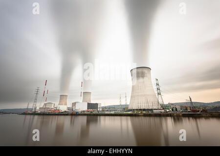Une longue exposition shot d'une grande centrale électrique nucléaire par une rivière sur un jour gris Banque D'Images