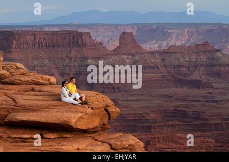Couple regardant le coucher du soleil à Dead Horse Point State Park, Utah