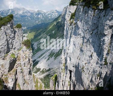 Falaise avec vue sur pâturage et montagnes voisines de perdant, Salzkammergut, Styrie, Ausseerland, Altaussee, Autriche Banque D'Images