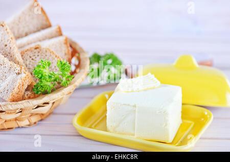 Le beurre et le pain sur la table en bois Banque D'Images