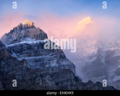 Lever tôt le matin sur les sommets autour du lac Moraine. Le parc national Banff. Alberta Canada. Banque D'Images