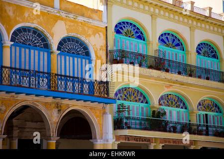 Bâtiments colorés sur la Plaza Vieja, La Havane, Cuba Banque D'Images