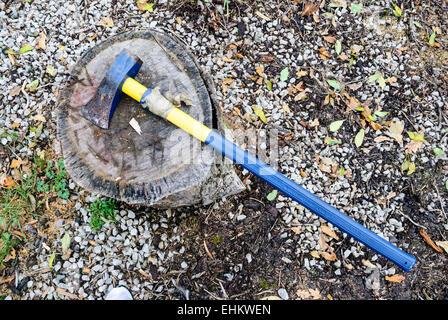 Une hache sur un bloc de bois