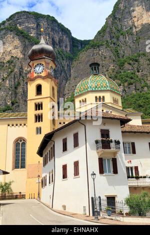 Le village italien alp, Mezzocorona Trentin, Italie. Banque D'Images