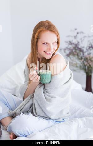 Femme buvant boisson chaude. Banque D'Images