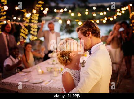 Couple lors de votre réception de mariage dans le jardin intérieur Banque D'Images