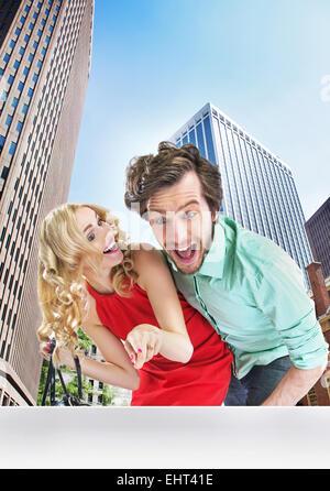 Surpris jeune couple à la fenêtre de la boutique Banque D'Images