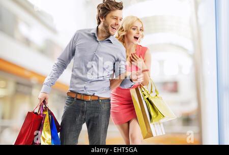 Jeune couple rire à regarder la vitrine Banque D'Images