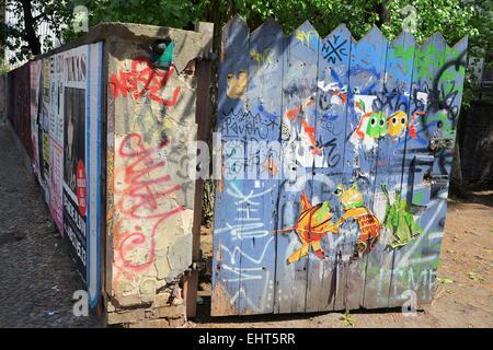 Porte en bois peint dans une rue de Berlin