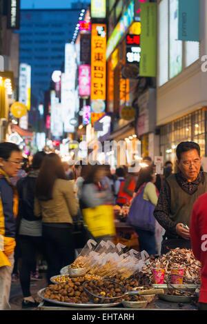 L'Asie, République de Corée, Corée du Sud, Séoul, néon éclairage des rues de Myeong-dong