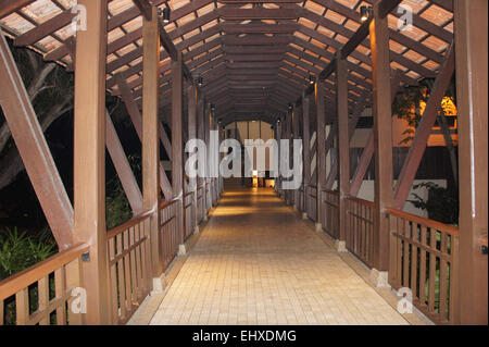Pont en bois bâtiments rejoindre Banque D'Images
