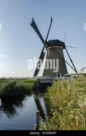 Moulin à Kinderdijk aux Pays-Bas qui date du xviiie siècle et a été utilisé pour vidanger l'eau de la terre. Banque D'Images