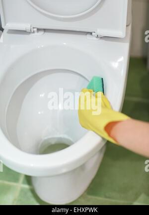 Close up of hand avec nettoyage détergent toilettes Banque D'Images