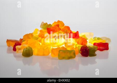 Pile d'ours gommeux colorées isolé sur fond blanc