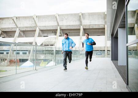 Coureurs homme faire entraînement de sprint en ville Banque D'Images