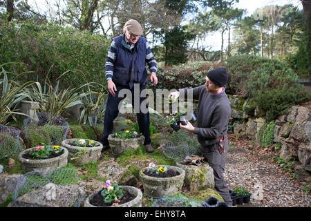 Deux hommes travaillant dans jardin, Bournemouth, Dorset County, au Royaume-Uni, en Europe