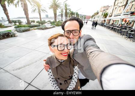 Couple taking photo selfies Banque D'Images
