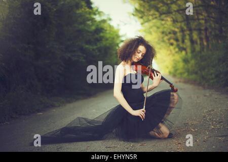 Triste Jeune femme jouant du violon Banque D'Images