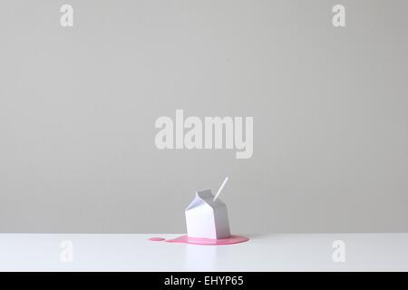 Carton de lait conceptuel avec de la paille sur un bassin d2b mcspshop fraise rose Banque D'Images