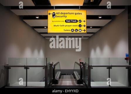 Départs et d'une salle de prière multiconfessionnelle Directions signer à l'aéroport d'Heathrow - Londres UK Banque D'Images
