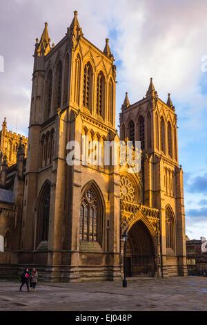 Avant de l'ouest de l'église cathédrale de Bristol en Angleterre en mars soleil du soir. College Green, Bristol, Angleterre, Royaume-Uni.