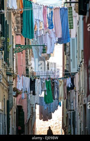 Corde à linge sur le dans rue étroite dans le quartier de Castello.