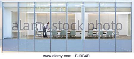 Voir à travers la vitre, de l'homme d'affaires dans la salle de réunion Banque D'Images