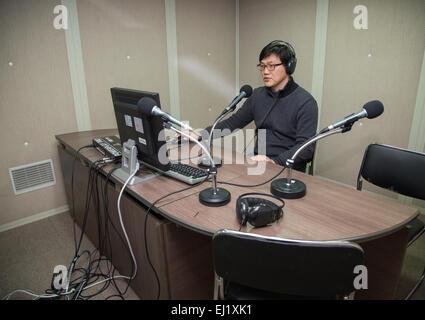 Unification Media Group, Mars 20, 2015: Manager Kim Seong-joong se prépare à enregistrer dans un studio de radio Banque D'Images