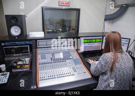 Unification Media Group, Mars 20, 2015: l'Animateur Jang Seul-gi (haut C) Producteur et Park Ji-min à une radiodiffusion Banque D'Images