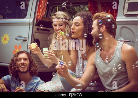 Hipsters faisant des bulles dans le camping-car Banque D'Images
