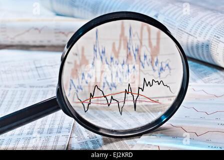 Montre loupe graphiques avec le prix des actions. Banque D'Images